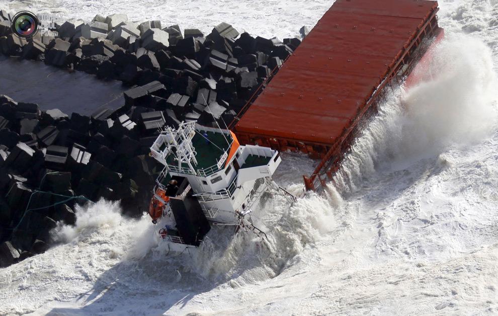 Испанское грузовое судно перевоза удобрений разорвалось на две половины