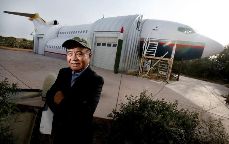 Дом для гостей из частей старых самолетов
