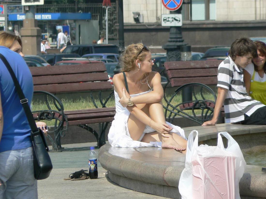 Єгсбиционистки на улице в коротких юбках 3 фотография