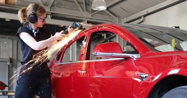 Tesla сейчас не делает пикапы, женщина приняла решение это поменять (10 фото)
